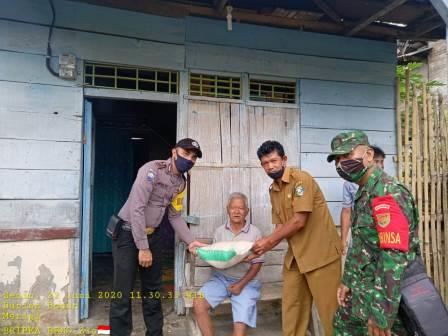 Penyerahan Bantuan Sembako Polda Bengkulu Oleh Babinkamtibmas dan Babinsa