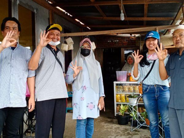 Wisatawan Mengunjungi Rumah Produksi Desa